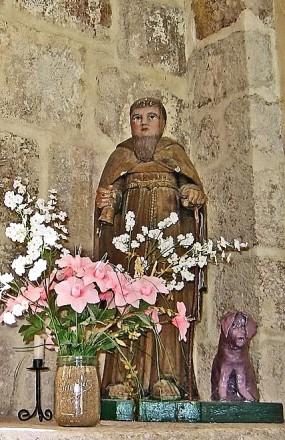 Saint-Antoine et son cochon, église de Braize (Allier), sculpture en bois due à un artisan local