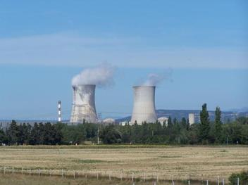 La centrale nucléaire du Tricastin avec des éoliennes en arrière plan!