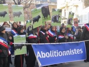Manifestation anti corrida: Plus de 4000 personnes bravent le froid devant l'Assemblée Nationale.