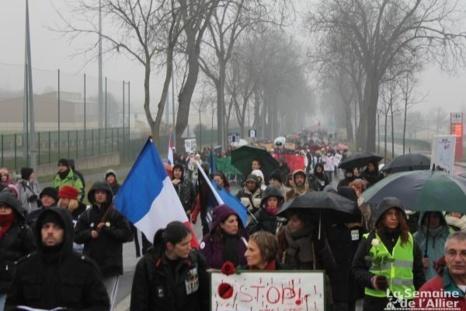 1500 manifestants contre la vivisection devant les grilles de l'établissement Harlan à Gannat