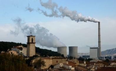 Cheminée de la centrale bois E.on (297m) à Gardanne devant les tours de refroidissement de la centrale nucléaire